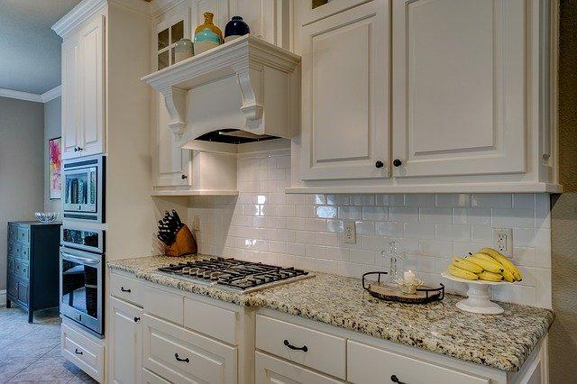 malá bílá kuchyně, banány