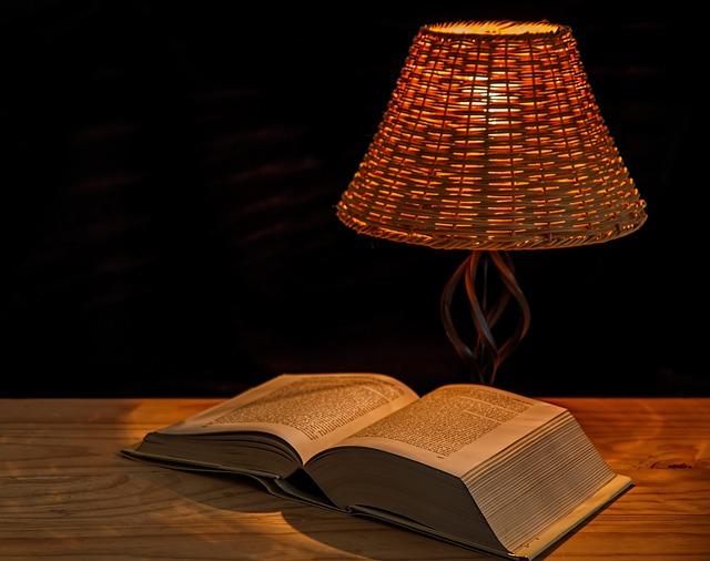 noční lampička u knihy