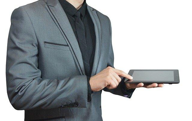 laptop na dlani