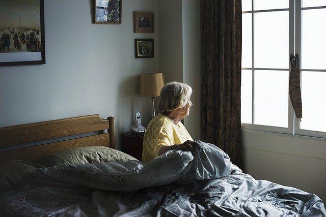 stařenka na posteli