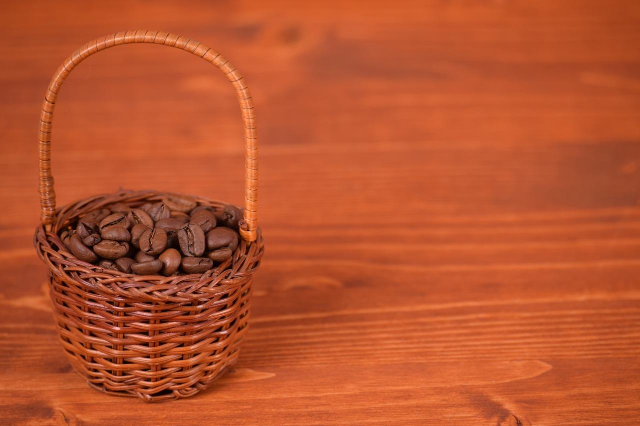 káva na konferenčním stolku